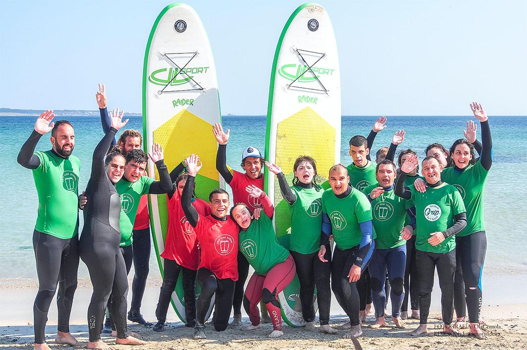 Clase de surf con discapacitados